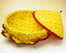 Provencal basket with lid (calissons. yellow x red)